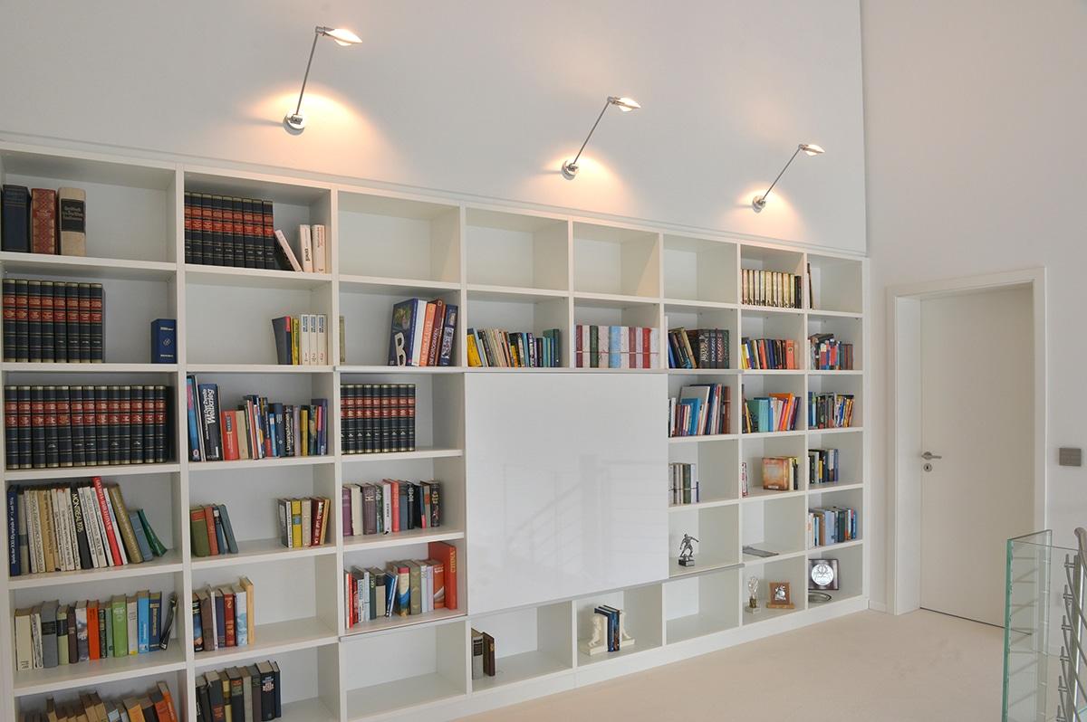 Bücherregal mit geschlossenem Mittelteil in Weiß