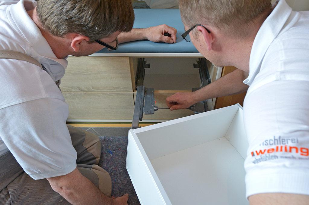 Möbeltischler beim Einbau eines maßgefertigten Flurschranks